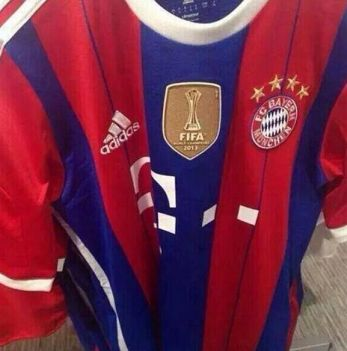 a70359306e7 Con franajas rojas y azules pero con el mismo auspiciador en el pecho.  Claro, estará acompañado del escudo dorado de la FIFA que lo distingue como  el mejor ...